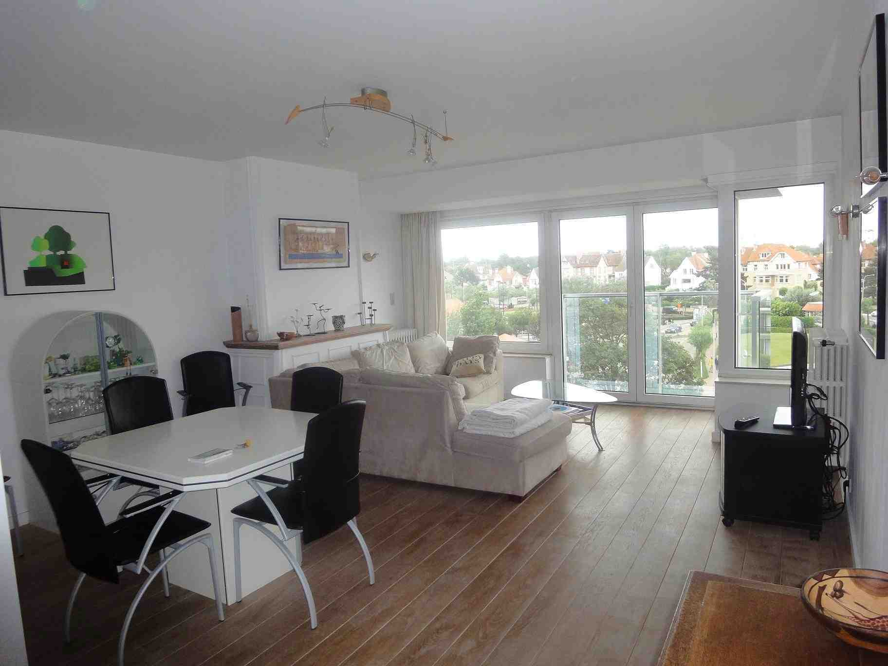 Plein sud location d 39 un appartement knokke le zoute for Photo salon dappartement